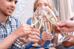 Les jeunes célébrant avec le champagne images libres de droits