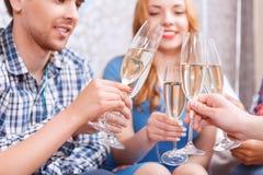 Les jeunes célébrant avec le champagne photo stock