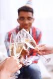 Les jeunes célébrant avec le champagne Photographie stock