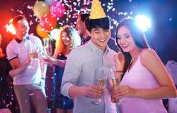 Les jeunes célébrant l'anniversaire dans la boîte de nuit Image stock