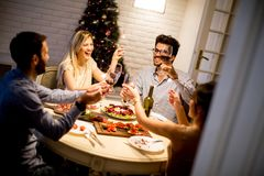 Les jeunes célébrant la nouvelle année et buvant du vin rouge Photos libres de droits