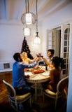 Les jeunes célébrant la nouvelle année et buvant du vin rouge Image stock
