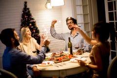 Les jeunes célébrant la nouvelle année et buvant du vin rouge Photos stock