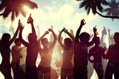 Les jeunes célébrant par la plage Image libre de droits