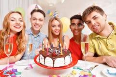 Les jeunes célébrant un anniversaire se reposant au Image stock