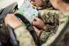 Les jeunes chasseurs déterminent la carte et le navigateur d'itinéraire photo stock