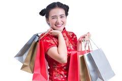 Les jeunes Chinois asiatiques d'usage de femme habillent le cheongsam ou le Qi traditionnel images libres de droits