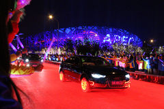 Les jeunes Chinois souhaitent la bienvenue à des chefs d'APEC sur leur arrivée au centre de natation nationale de la Chine Image stock