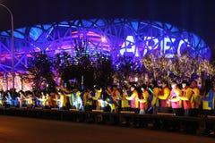 Les jeunes Chinois souhaitent la bienvenue à des chefs d'APEC sur leur arrivée au centre de natation nationale de la Chine Photos stock