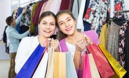 Les jeunes choisissant des vêtements Image stock