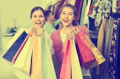 Les jeunes choisissant des vêtements Photographie stock libre de droits