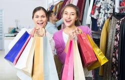 Les jeunes choisissant des vêtements Images libres de droits