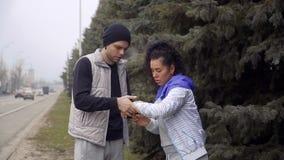 Les jeunes comparent le temps sur leurs montres-bracelet banque de vidéos