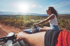 Les jeunes conduisant des vélos de quadruple Photographie stock libre de droits
