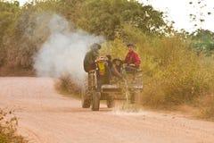 Les jeunes conduisant un tracteur Photographie stock