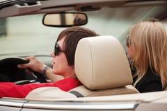 Les jeunes conduisant un véhicule Photo libre de droits
