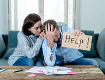 Les jeunes couplent avoir des probl?mes financiers que le sentiment a soulign? l'hypoth?que de dettes de factures de paiement dem photo stock