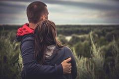 Les jeunes couples équipent la femme embrassant ensemble examinant l'espoir l'unité d'espoir d'amour de concept de distance Images libres de droits