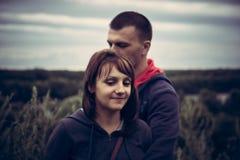 Les jeunes couples équipent la femme ensemble vis-à-vis de la rémission dramatique d'unité d'amour de concept de ciel Images libres de droits