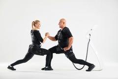 Les jeunes couples actifs font des exercices de mouvement brusque Dreems d'?t? image stock