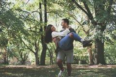 Les jeunes couples affectueux apprécient en nature Image libre de droits