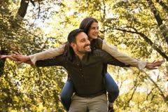 Les jeunes couples affectueux ont l'amusement en nature Images stock