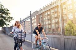 Les jeunes couples allant pour une bicyclette d'été montent Photo libre de droits