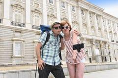 Les jeunes couples américains appréciant des vacances de l'Espagne se déclenchent prenant l'autoportrait de photo de selfie avec  Photo stock