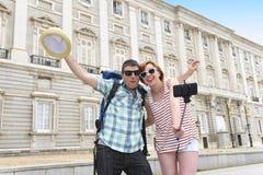 Les jeunes couples américains appréciant des vacances de l'Espagne se déclenchent prenant l'autoportrait de photo de selfie avec  Photographie stock libre de droits