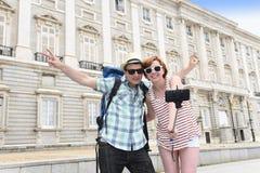 Les jeunes couples américains appréciant des vacances de l'Espagne se déclenchent prenant l'autoportrait de photo de selfie avec  Photos libres de droits