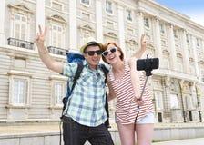 Les jeunes couples américains appréciant des vacances de l'Espagne se déclenchent prenant l'autoportrait de photo de selfie avec  Photos stock