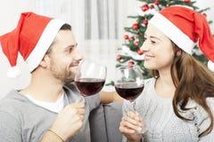 Les jeunes couples apprécient des chistmas avec du vin image stock