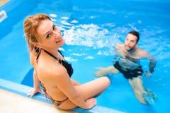 Les jeunes couples apprécient et détendent au centre de station thermale Image libre de droits