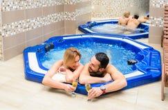 Les jeunes couples apprécient et détendent au centre de station thermale photos stock