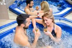 Les jeunes couples apprécient et détendent au centre de station thermale images stock