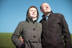 Les jeunes couples apprécient la lumière du soleil Photos libres de droits