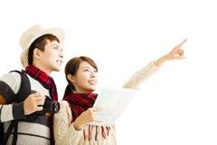 les jeunes couples apprécient le voyage avec l'usage d'hiver Photos libres de droits