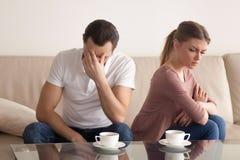 Les jeunes couples après l'argumentation, type ont fatigué de la dispute, offe de femme Image stock