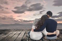 Les jeunes couples asiatiques se reposent et étreignent ensemble photos stock