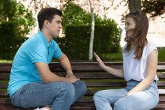 Les jeunes couples attrayants ont un argument au-dessus de quelque chose, pousse extérieure images libres de droits