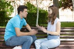 Les jeunes couples attrayants ont un argument au-dessus de quelque chose, pousse extérieure image stock