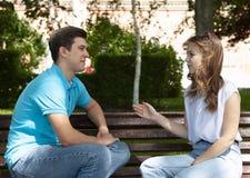 Les jeunes couples attrayants ont un argument au-dessus de quelque chose, pousse extérieure photo libre de droits