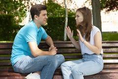 Les jeunes couples attrayants ont un argument au-dessus de quelque chose, pousse extérieure photographie stock libre de droits