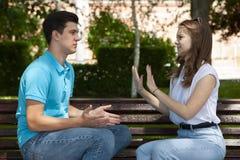Les jeunes couples attrayants ont un argument au-dessus de quelque chose, pousse extérieure photos libres de droits