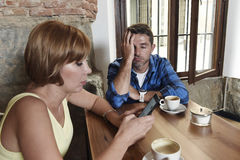 Les jeunes couples au café avec l'Internet et le téléphone portable s'adonnent à la femme ignorant l'homme frustrant Photographie stock libre de droits