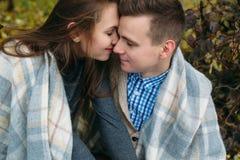Les jeunes couples au parc en automne assaisonnent Images libres de droits