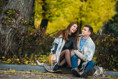 Les jeunes couples au parc en automne assaisonnent Photo libre de droits
