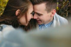 Les jeunes couples au parc en automne assaisonnent Photographie stock libre de droits