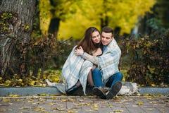 Les jeunes couples au parc en automne assaisonnent Photo stock
