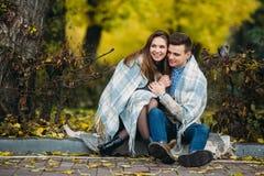 Les jeunes couples au parc en automne assaisonnent Photographie stock